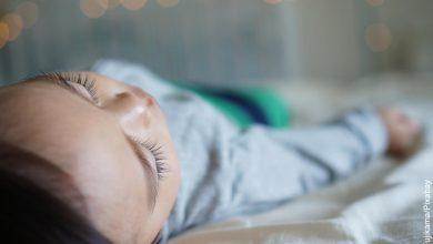 Foto de un niño dormido que muestra lo que es soñar con niños pequeños