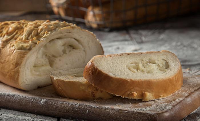 Foto de un pan grande cortado en trozos