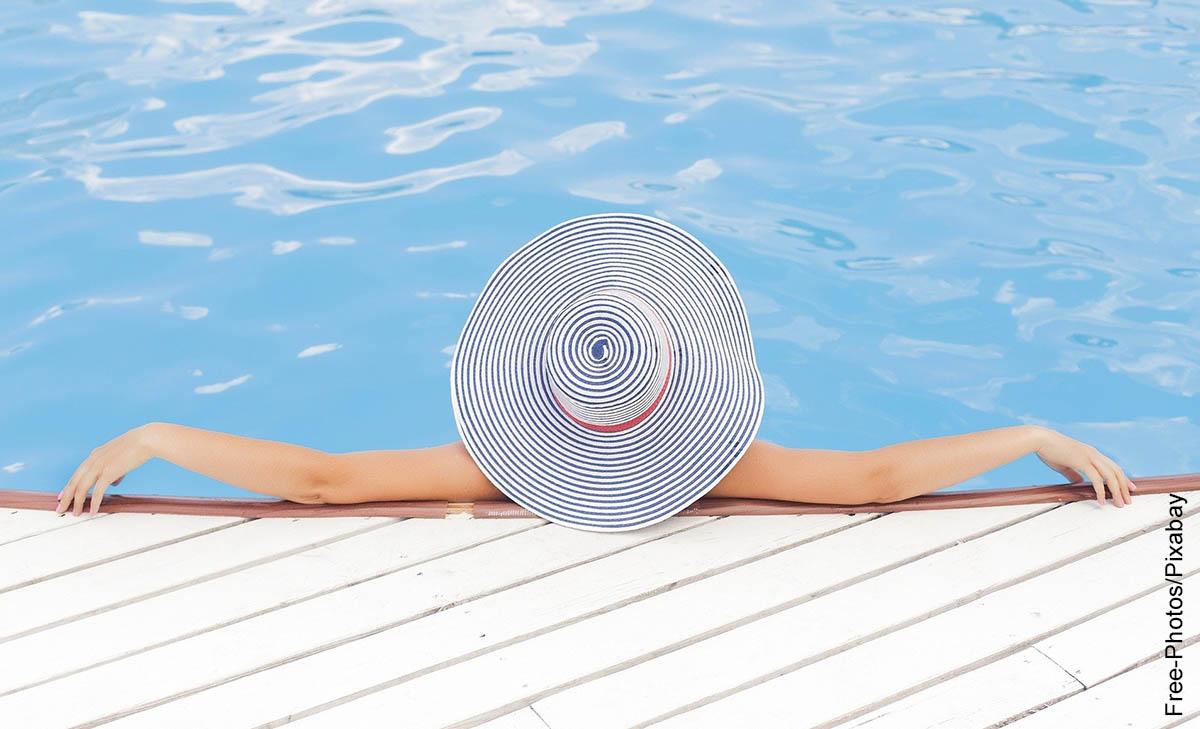 Foto de una mujer sentada en una piscina