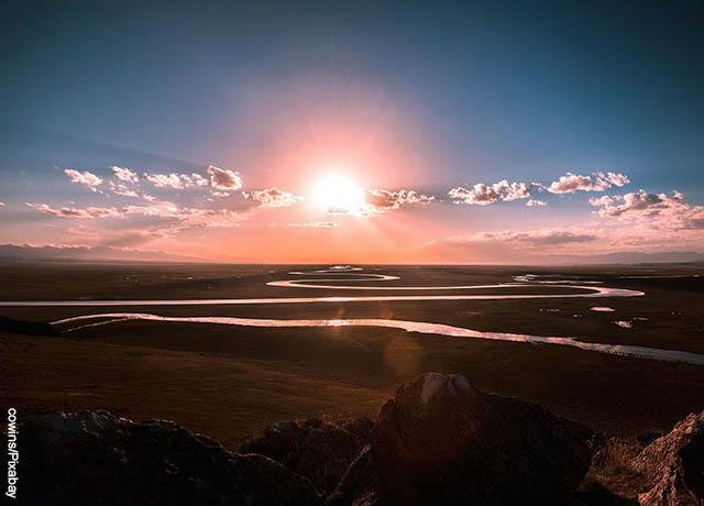 Foto del atardecer en un paisaje desde una colina