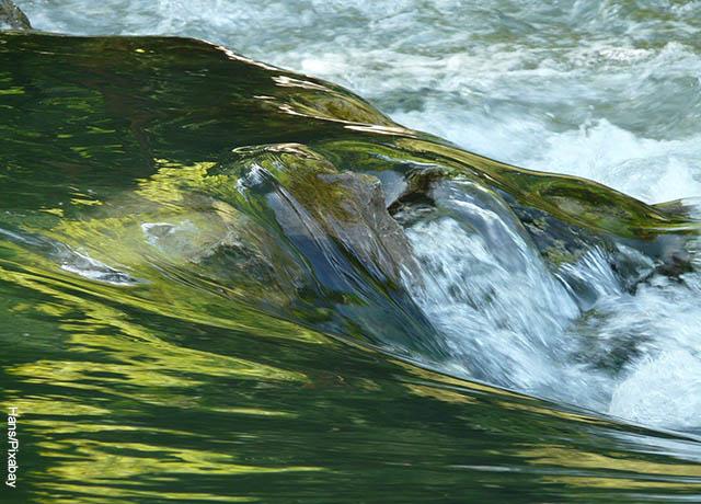 Foto de una pequeña ola de agua
