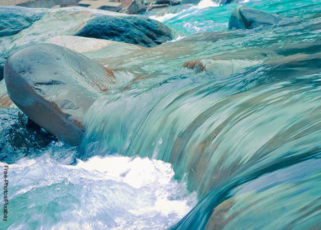 Foto de una caída de agua sobre piedras