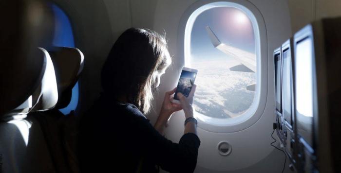 Foto de una mujer en un avión
