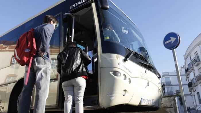 Foto de personas subiendo a un bus
