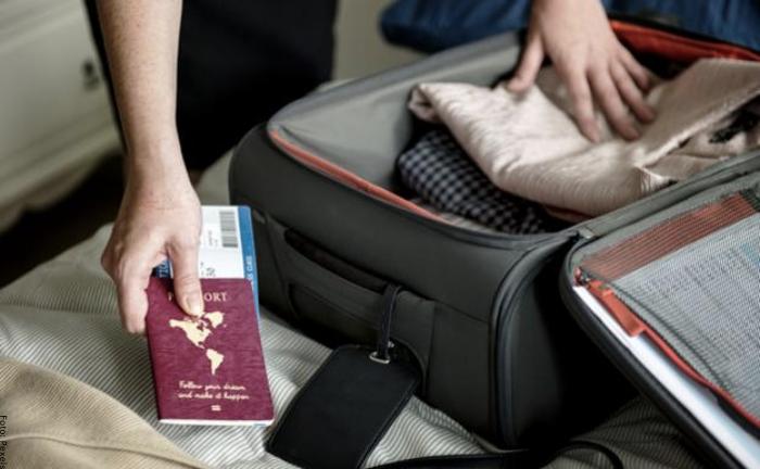 Foto de una persona empacando maletas
