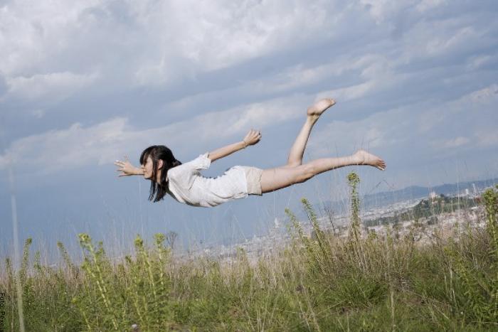 Foto de una joven volando