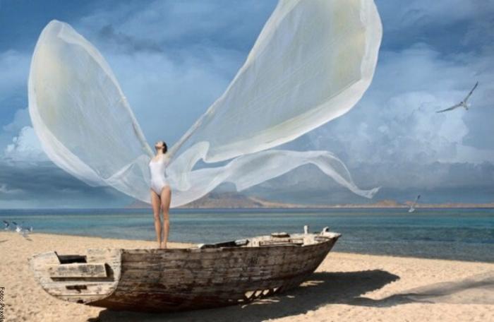 Foto de una mujer con alas