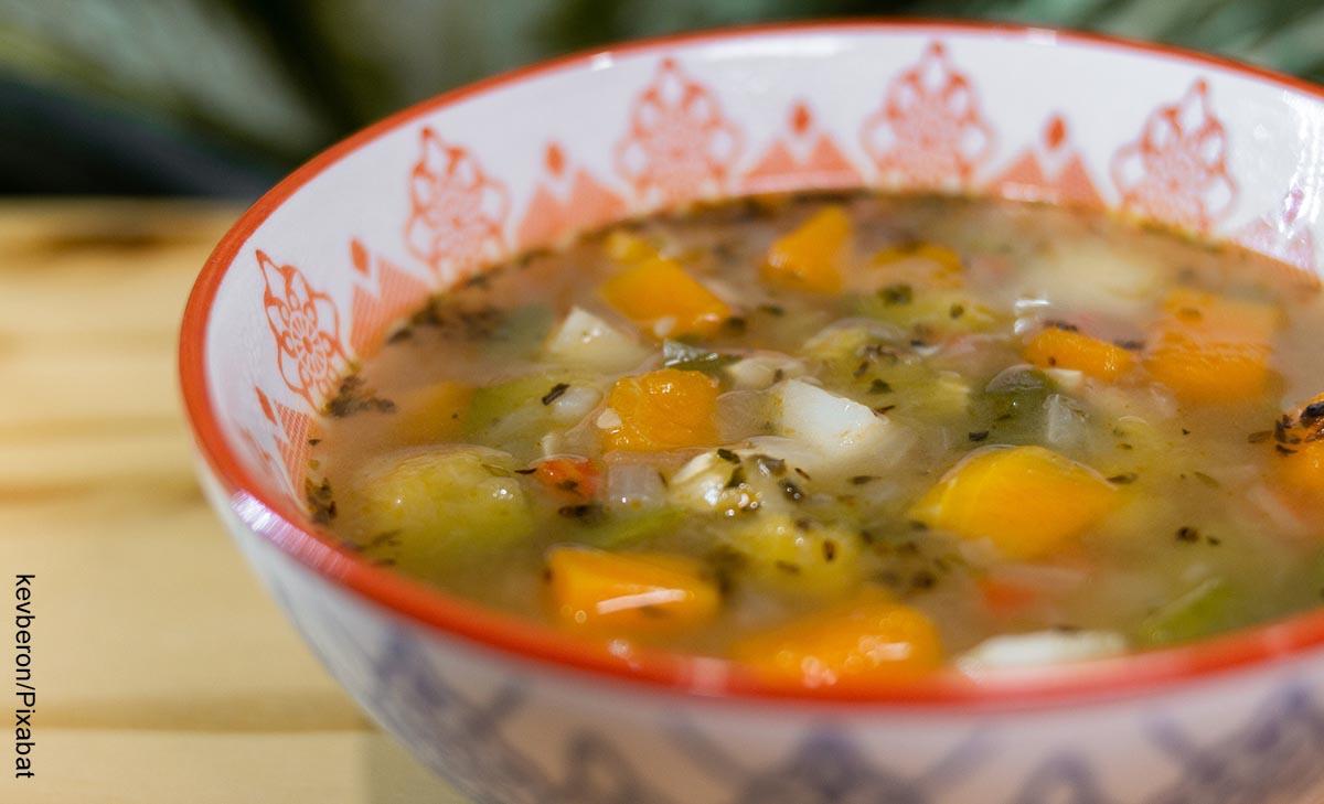 Foto de un plato de sopa de verduras con su receta