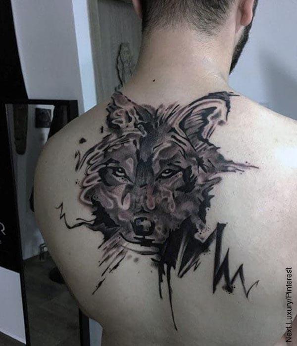 Foto de un hombre con tatuajes en la espalda