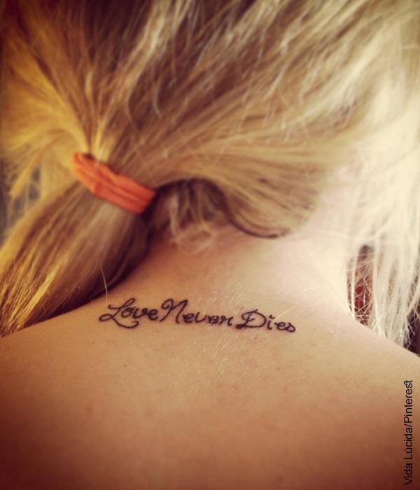 Foto de la nuca de una mujer con un tatuaje de frase