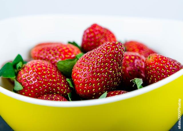 Foto de una taza de fresas frescas