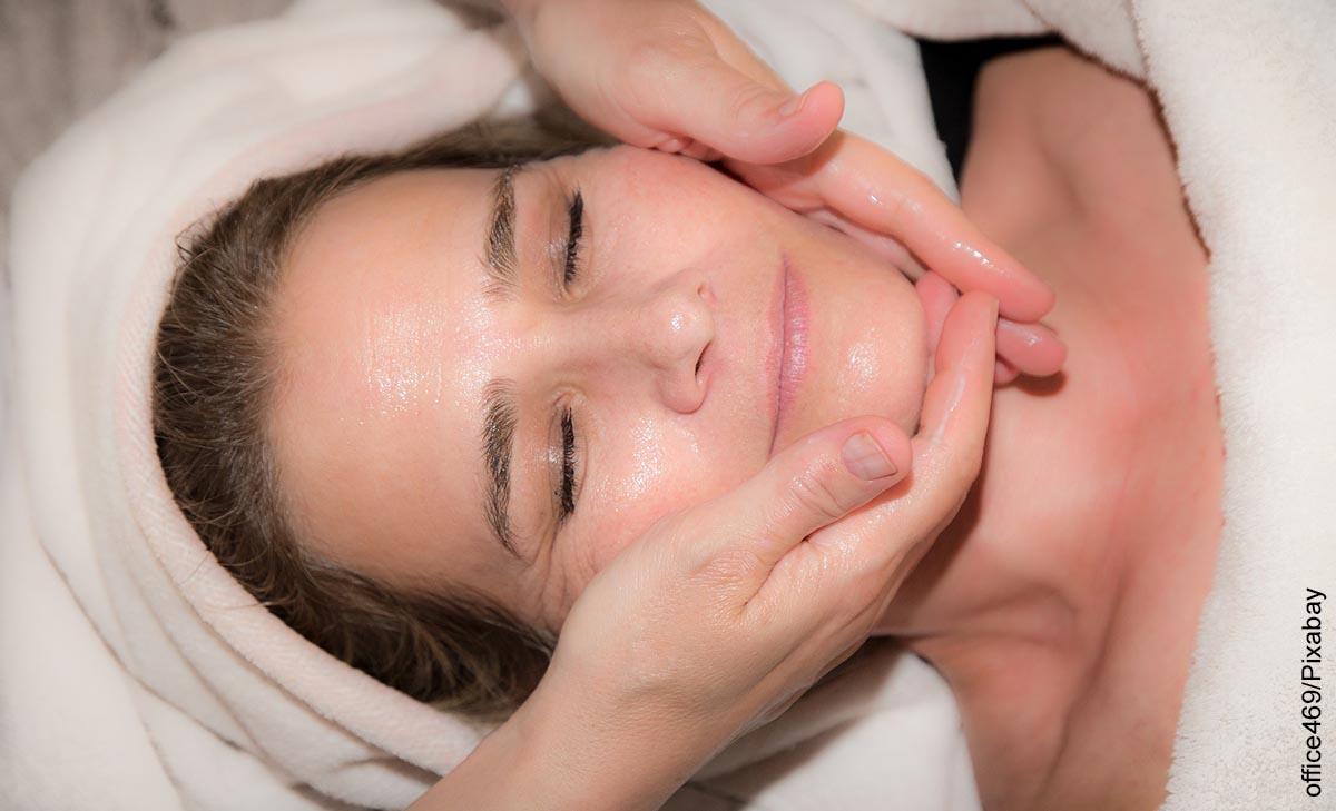 Foto de una mujer recibiendo un masaje facial que ilustra los tipos de mascarillas