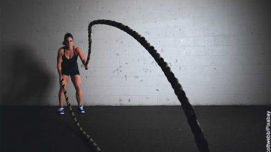Foto de una mujer alzando unas cuerdas que muestra aq ué hora es mejor hacer ejercicio