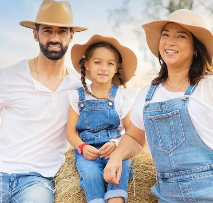 Foto de Adamari con su esposo y su hija