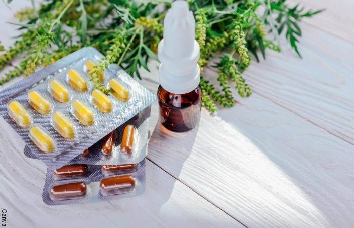 Foto de pastillas y un frasco de medicamento