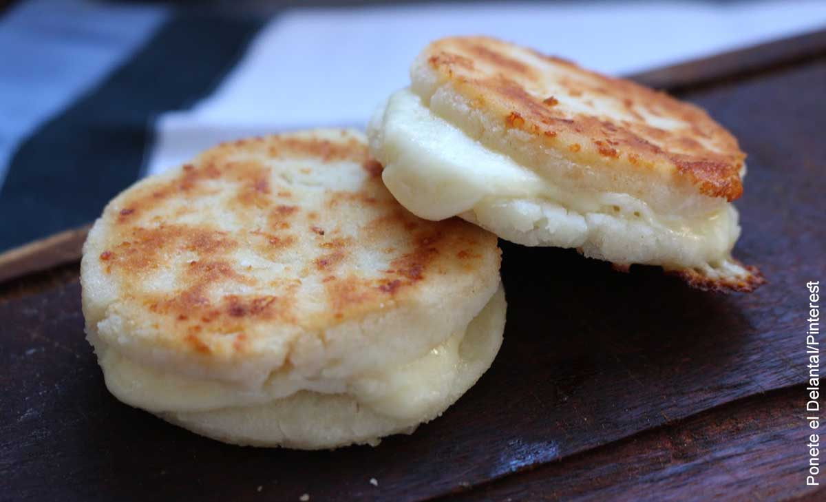Foto de dos arepas con queso