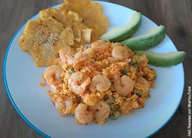 Foto de un plato servido que muestra el arroz con camarones y su receta