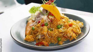 Foto de plato de comida de mar que revela el arroz con camarones y su receta