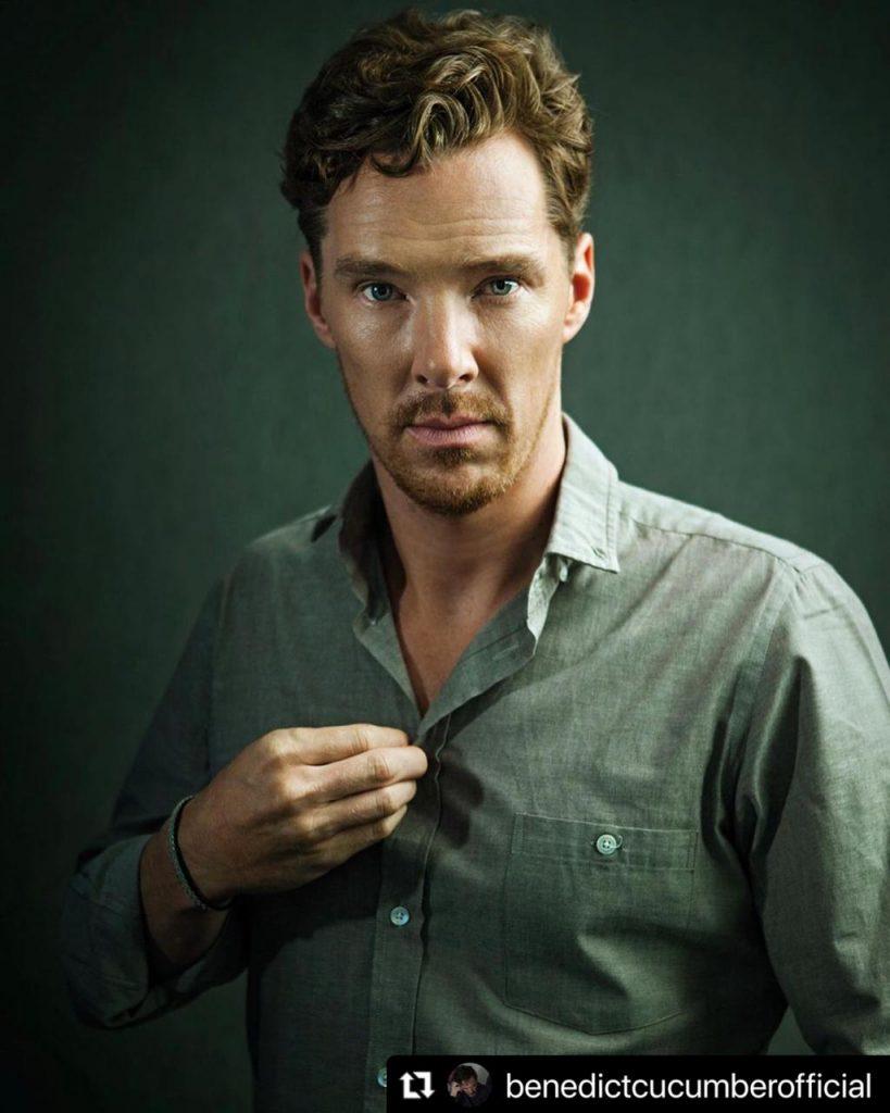 Benedict Cumberbatch desabrochando su camisa.
