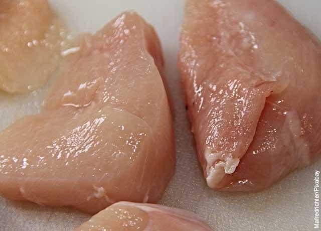 Foto de dos pechugas de pollo sin piel