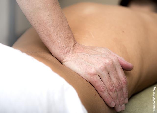 Foto de una persona dando masajes en la espalda