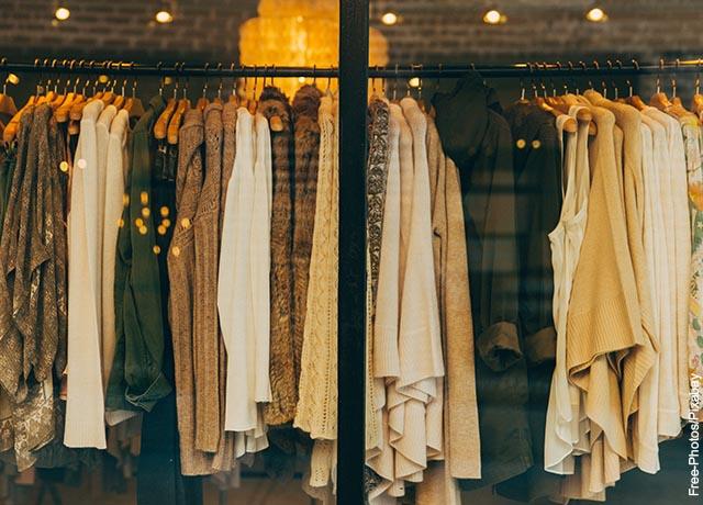 Foto de la vitrina de una tienda de ropa de mujer