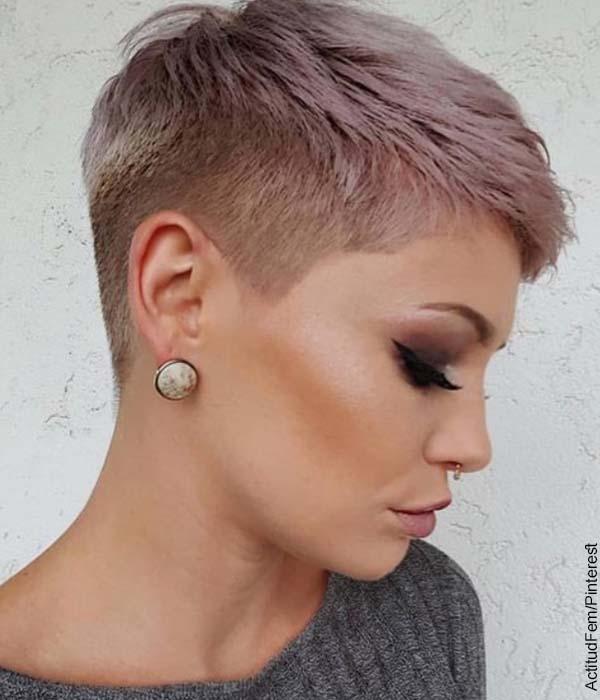 Foto de una mujer con el pelo teñido que muestra los cortes de cabello corto