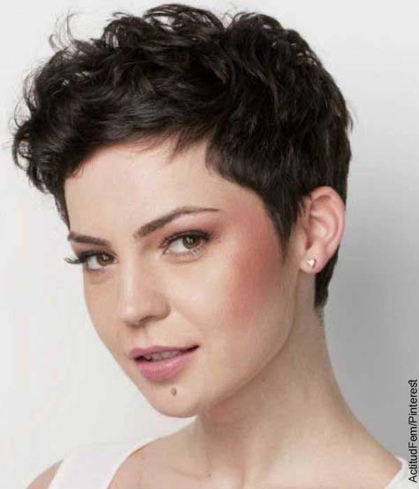 Foto de una mujer crespa con el pelo muy corto