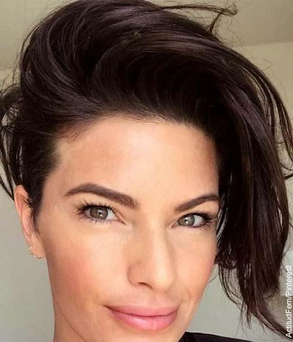 Foto de una modelo sonriendo a la cámara que ilustra los cortes de cabello corto