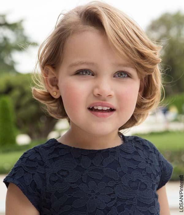 Foto de una pequeña niña rubia sonriendo