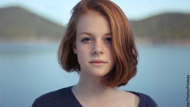 Foto de una mujer joven posando en un paisaje