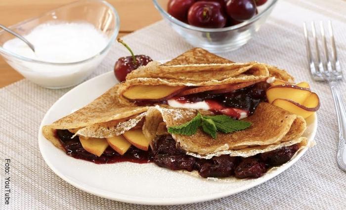 Foto de crepes con harina integral y frutas