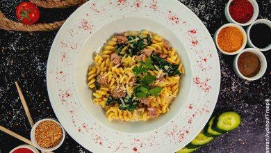 Foto de un plato de pasta con especias que muestra la ensalada de atún y su receta