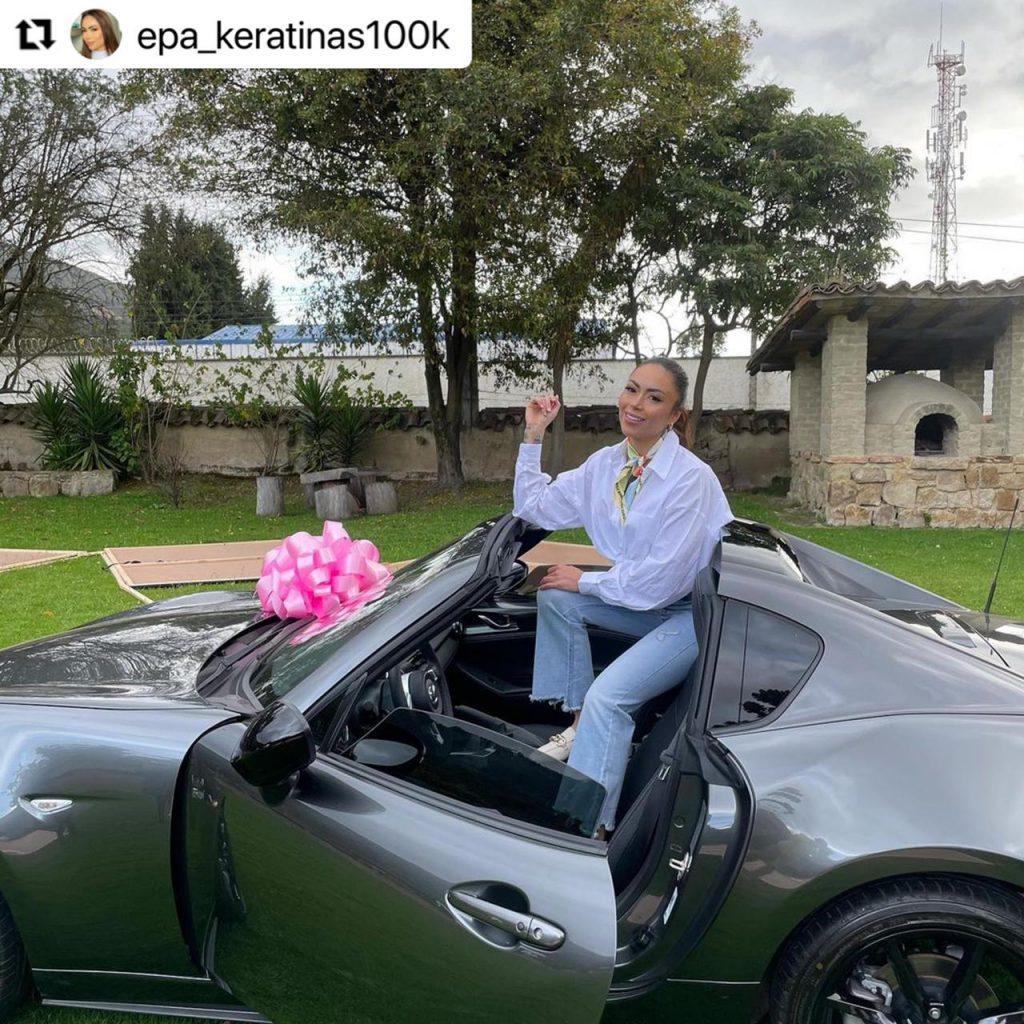 Epa Colombia arriba de su lujoso convertible nuevo.