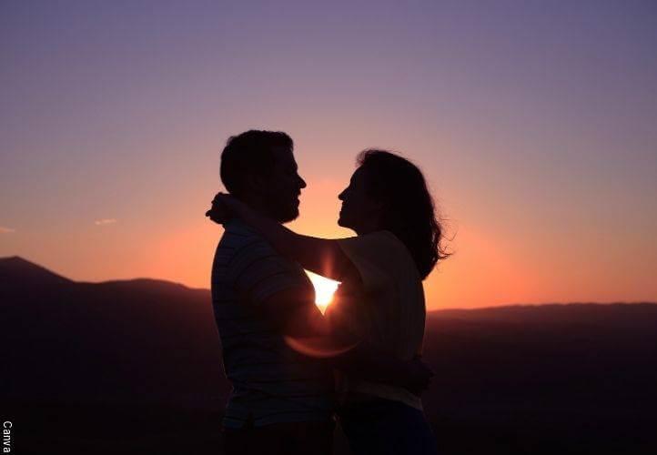 Foto de pareja abrazándose