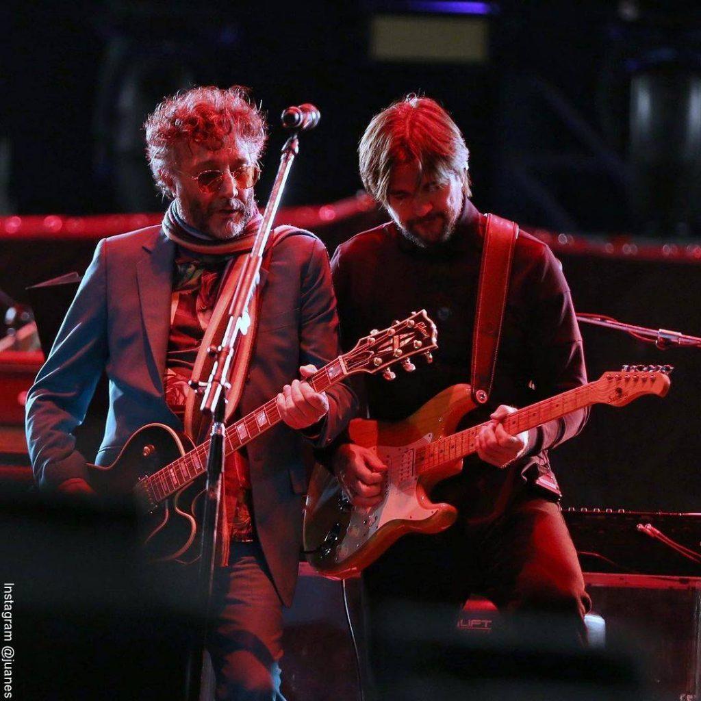 Foto de Juanes y Fito Páez cantando juntos durante una entrega de premios
