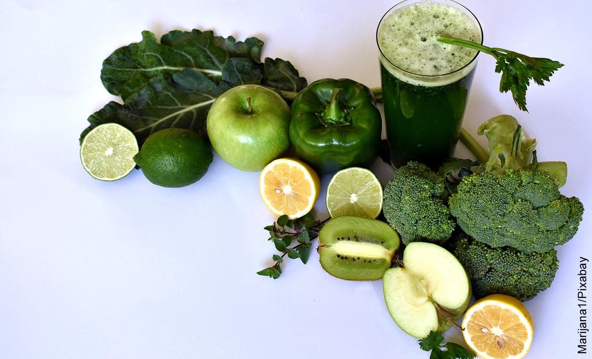 Foto de verduras, frutas junto con un vaso de jugo verde y su receta