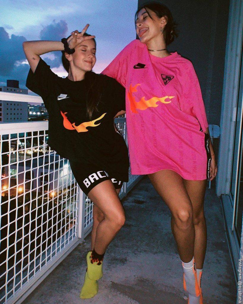 Foto de Evaluna y su amiga Paula Macher posando para la cámara