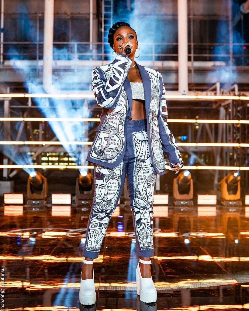 Foto de Goyo cantando durante un concierto