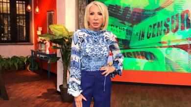 Foto de Laura Bozzo luciendo un pantalón azul rey y una blusa con diseños azules y blancos