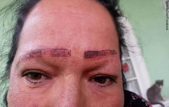 Mujer con cejas tatuadas mal