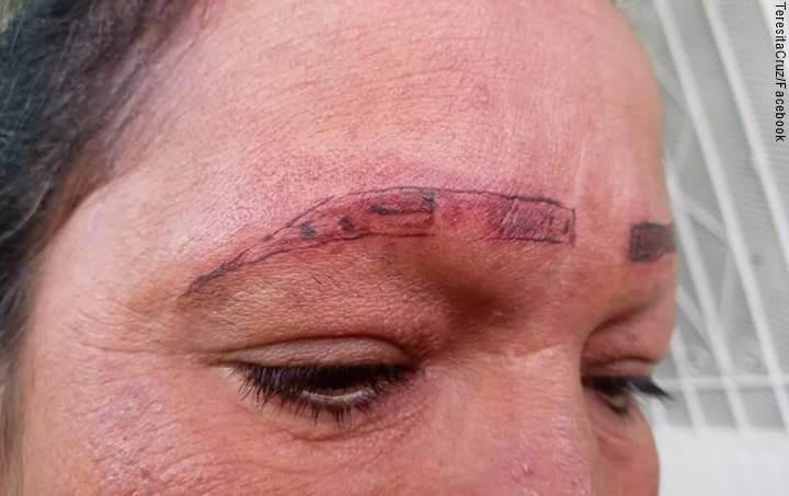 Foto de mujer con cejas mal tatuadas