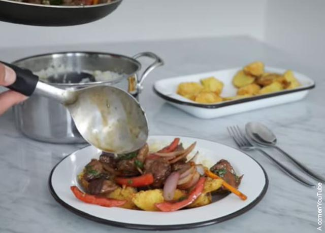 Foto de un plato con carne y verduras en loza blanca