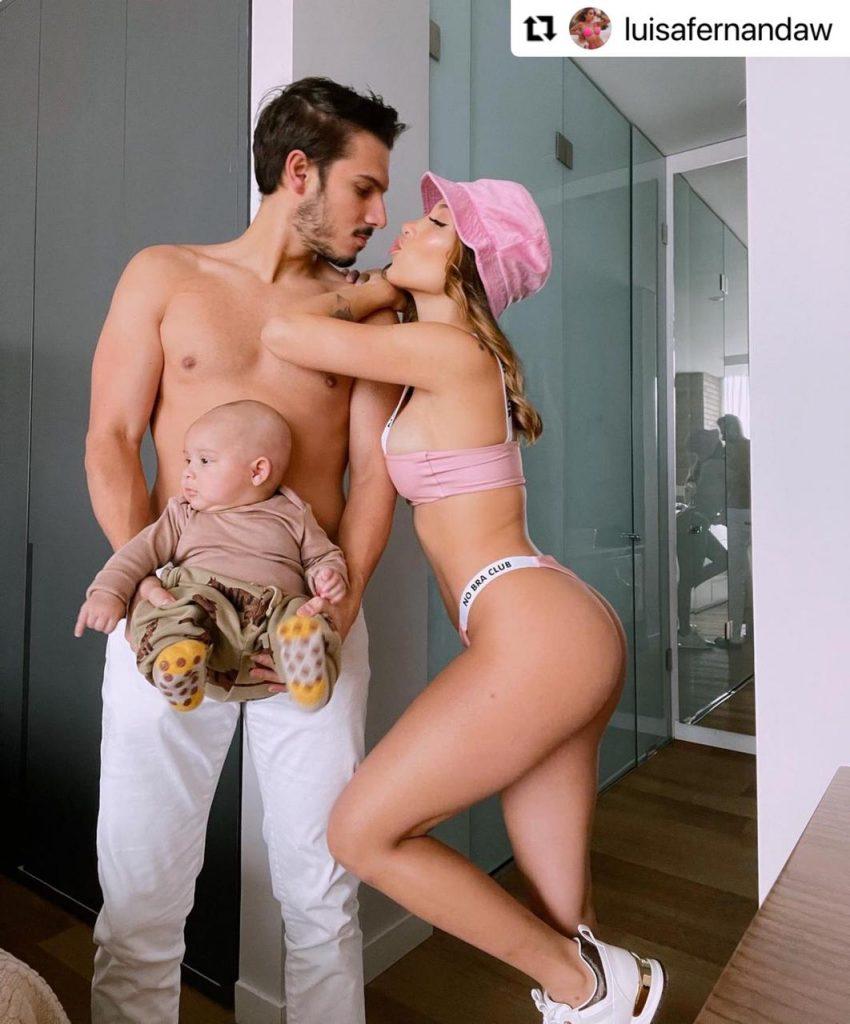 Luisa Fernanda W posando en bikini junto a Pipe Bueno y su hijo, Máximo.