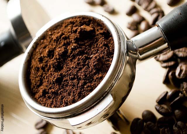 Foto de un recipiente lleno de café molido