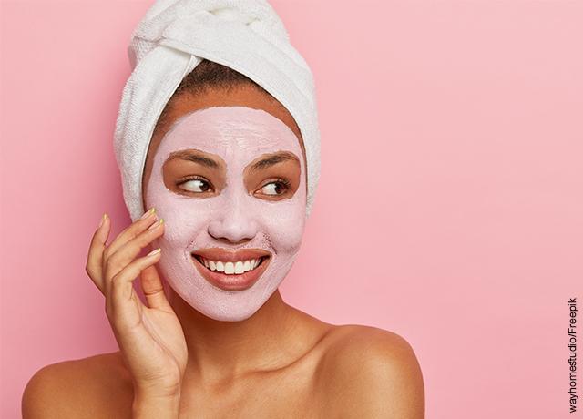 Foto de una modelo con una mascarilla facial rosada