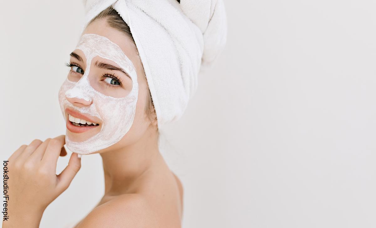 Foto de una mujer sonriendo que muestra la mascarilla facial