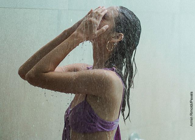 Foto de una mujer bajo la ducha bañándose