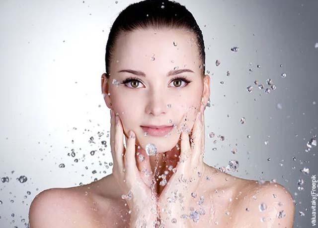 Foto de una mujer bajo la ducha con gotas de agua cayendo que muestra las mascarillas caseras