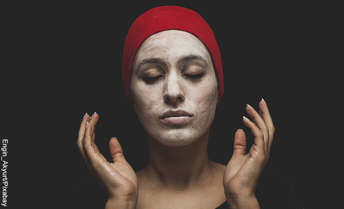 Foto de una mujer con un prodcuto de belleza en su cara que muestra las mascarillas caseras